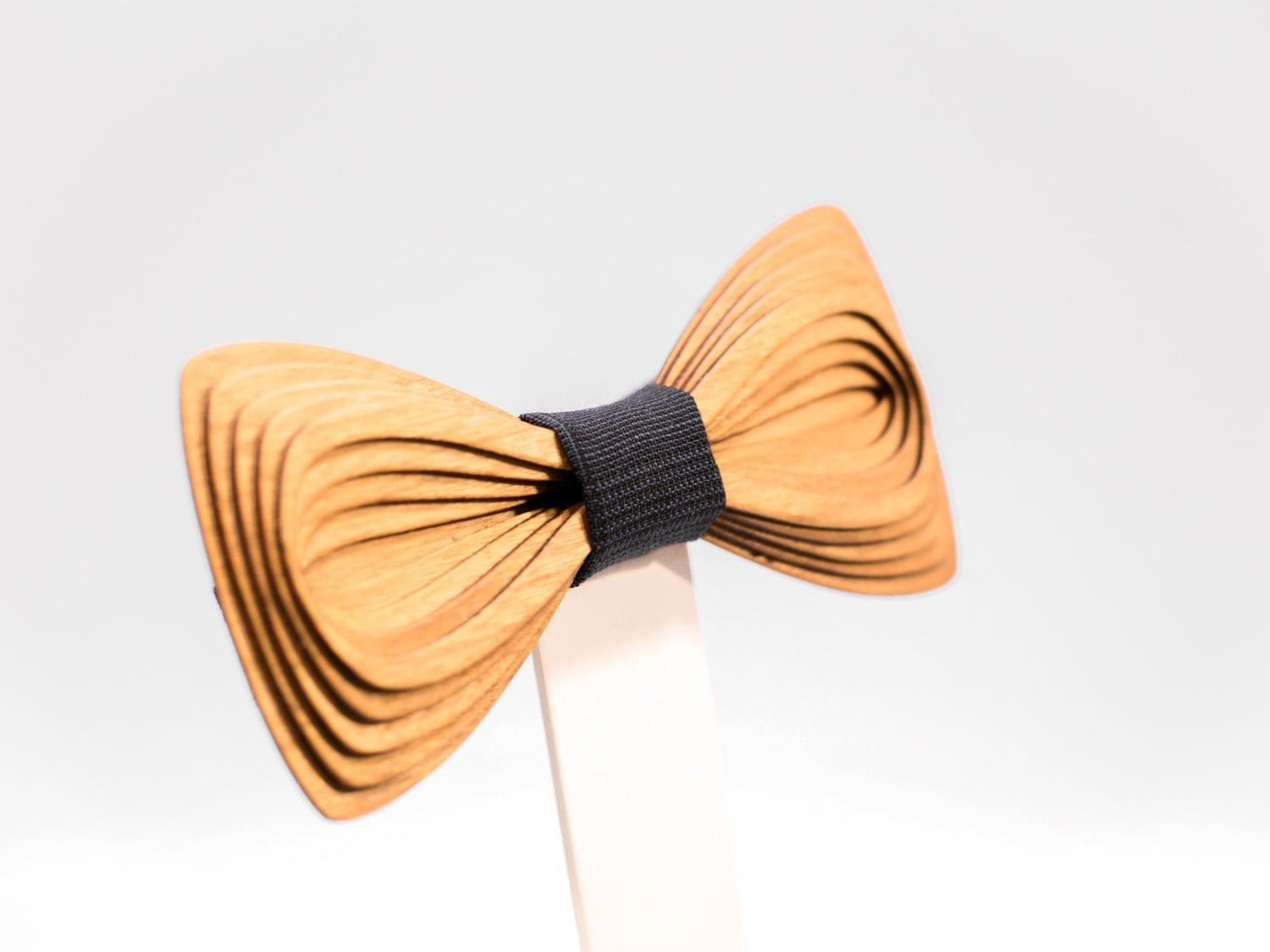 SÖÖR Antero neckwear in cherry. A unique wooden bowtie for men by Hermandia, handcrafted in Finland.