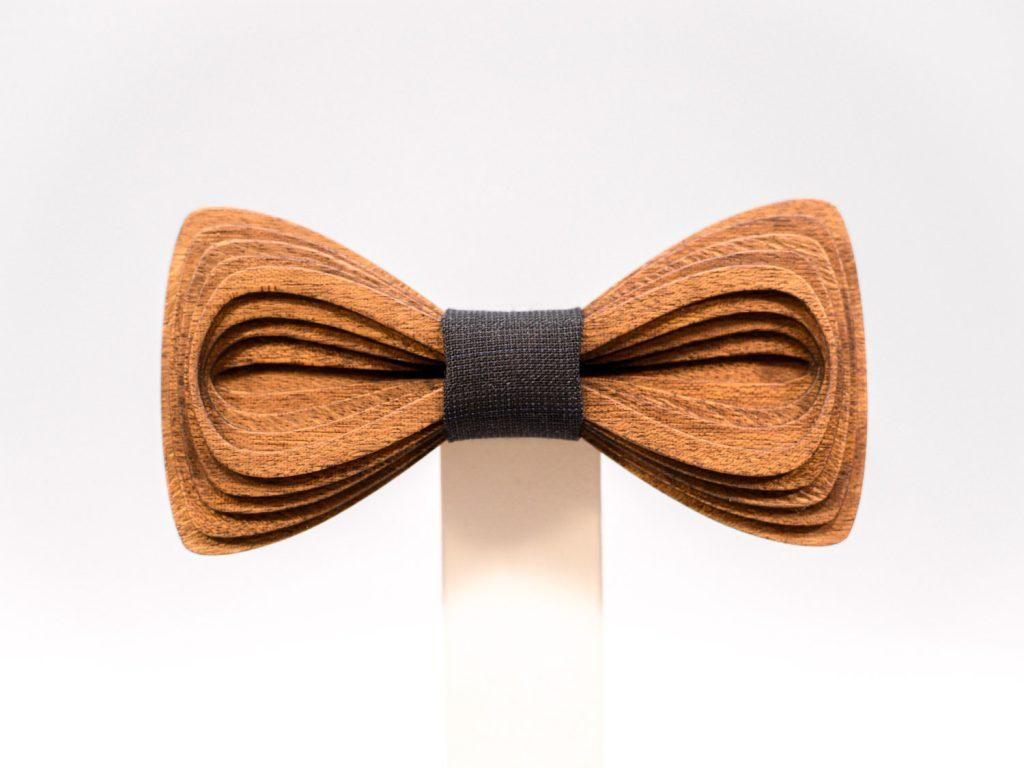 SÖÖR Antero neckwear in mahogany wood from FSC certified forest. A handcrafted wooden bowtie by Hermandia.