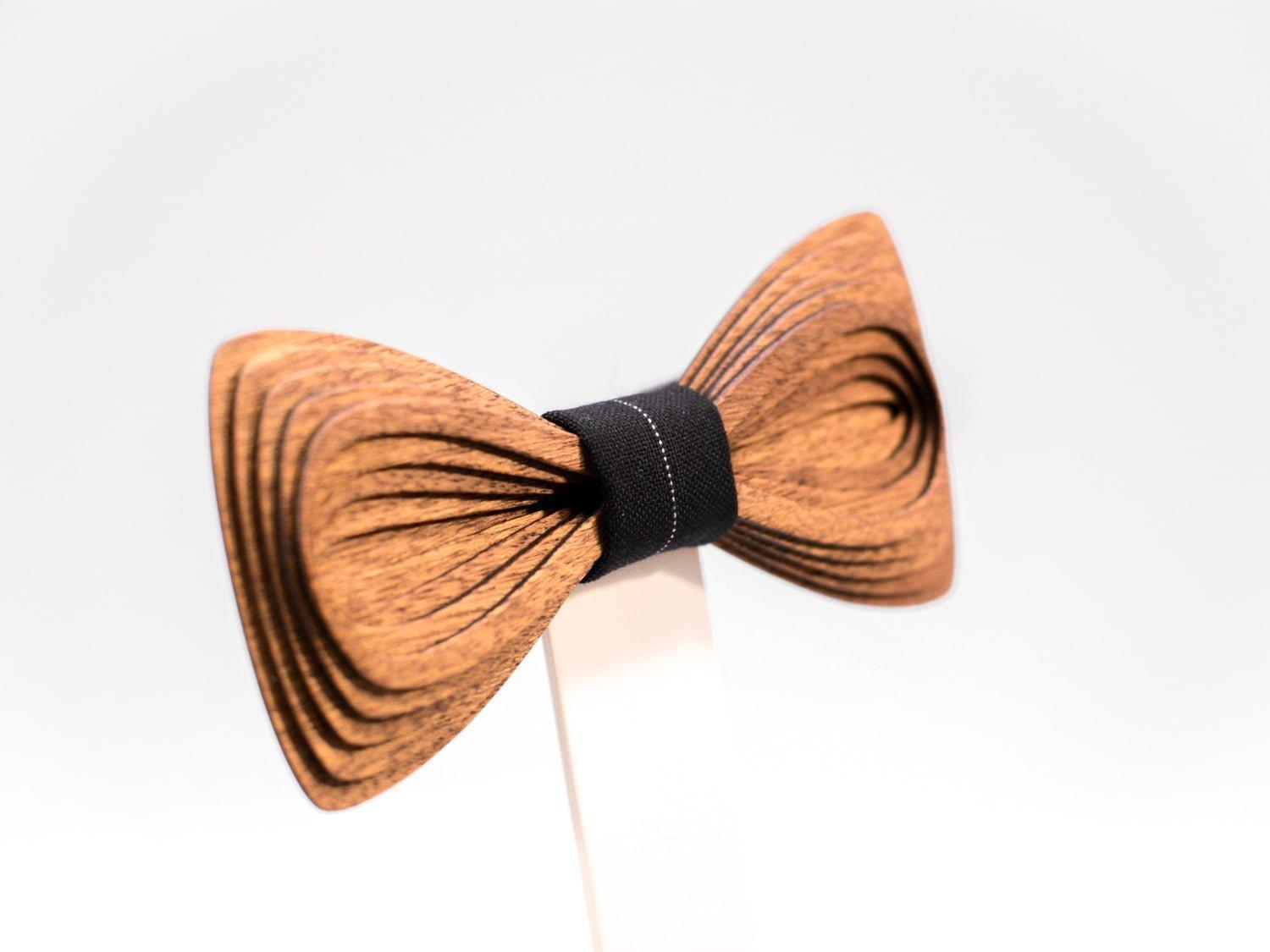SÖÖR Antero neckwear in mahogany. A unique wooden bowtie for men by Hermandia.