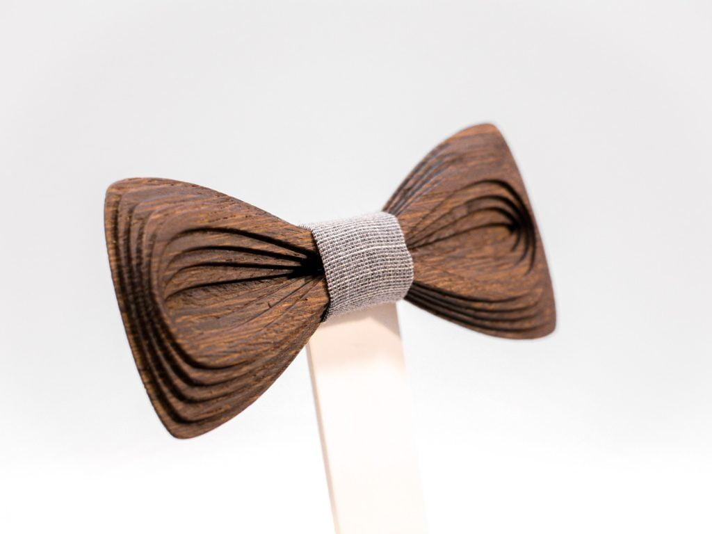 SÖÖR Antero neckwear in wenge with light grey fabric. A unique wooden bowtie for men by Hermandia. Käsin tehty Suomessa